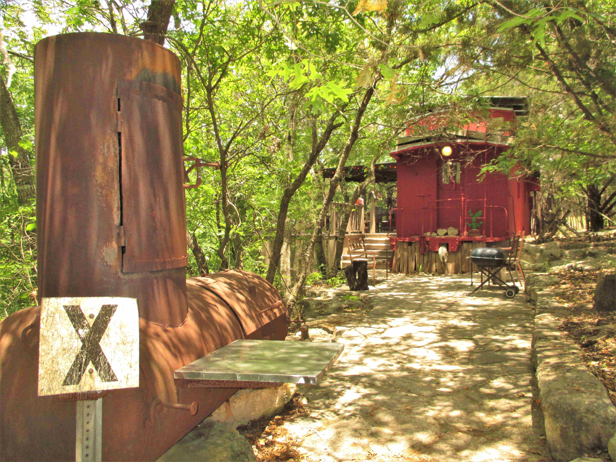 TREETOP CABOOSE on the RIVER on 1 ACRE  / H0236